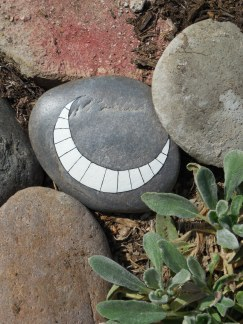 10 grins are hidden in the garden!